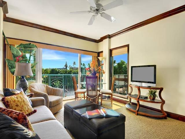 A seating area at Waipouli Beach Resort F201