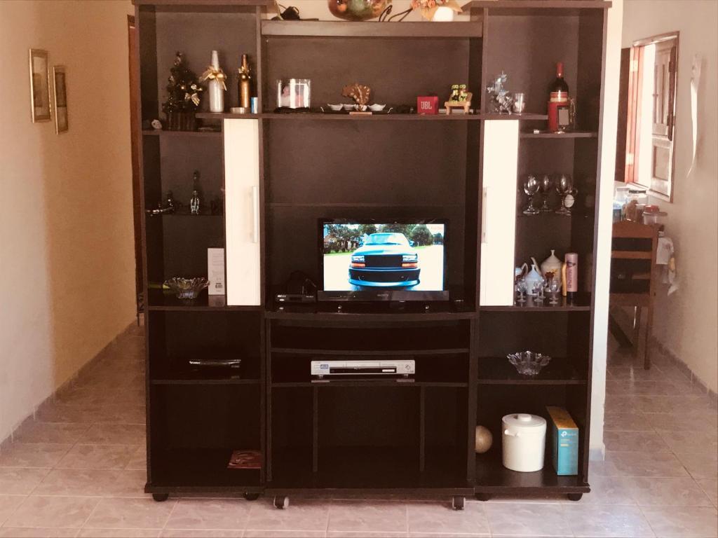 Una televisión o centro de entretenimiento en Casa Em Praia Azul