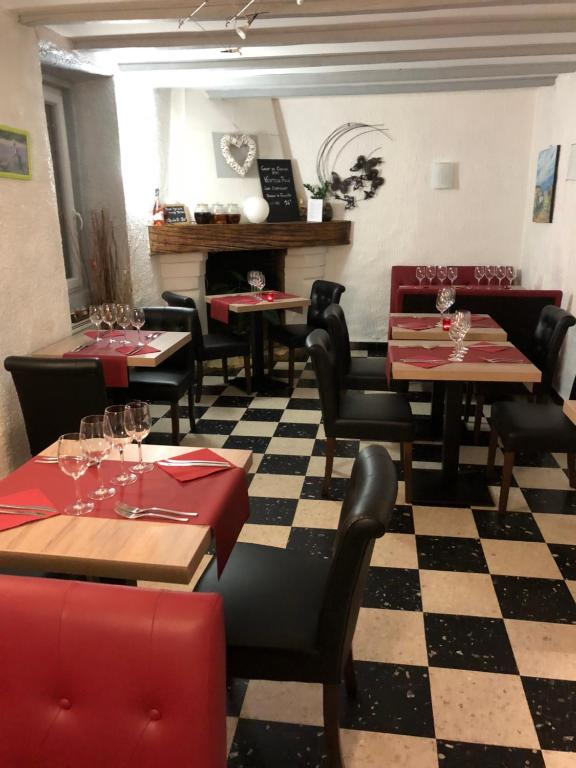 A restaurant or other place to eat at Auberge Saint Roch