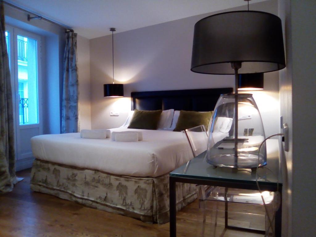 A bed or beds in a room at Hotel Cuéntame La Puebla