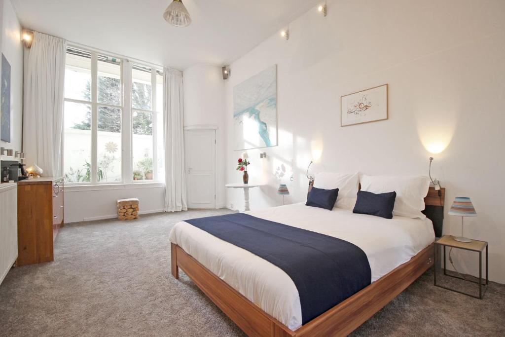 A bed or beds in a room at Cozy Jordaan canalhouse near Anne Frank House