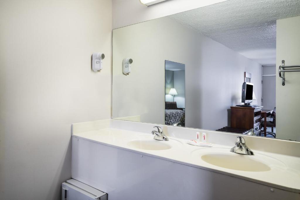Baymont Inn Suites Johnson City TN Bookingcom - Bathroom remodel johnson city tn