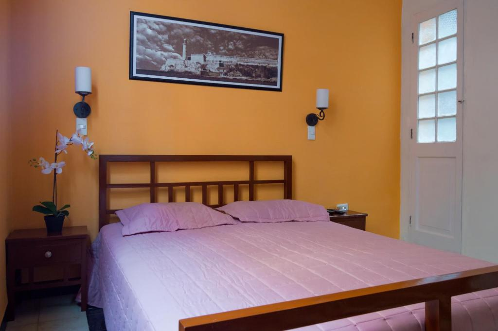 A bed or beds in a room at Kizzy Apartments B2BPay