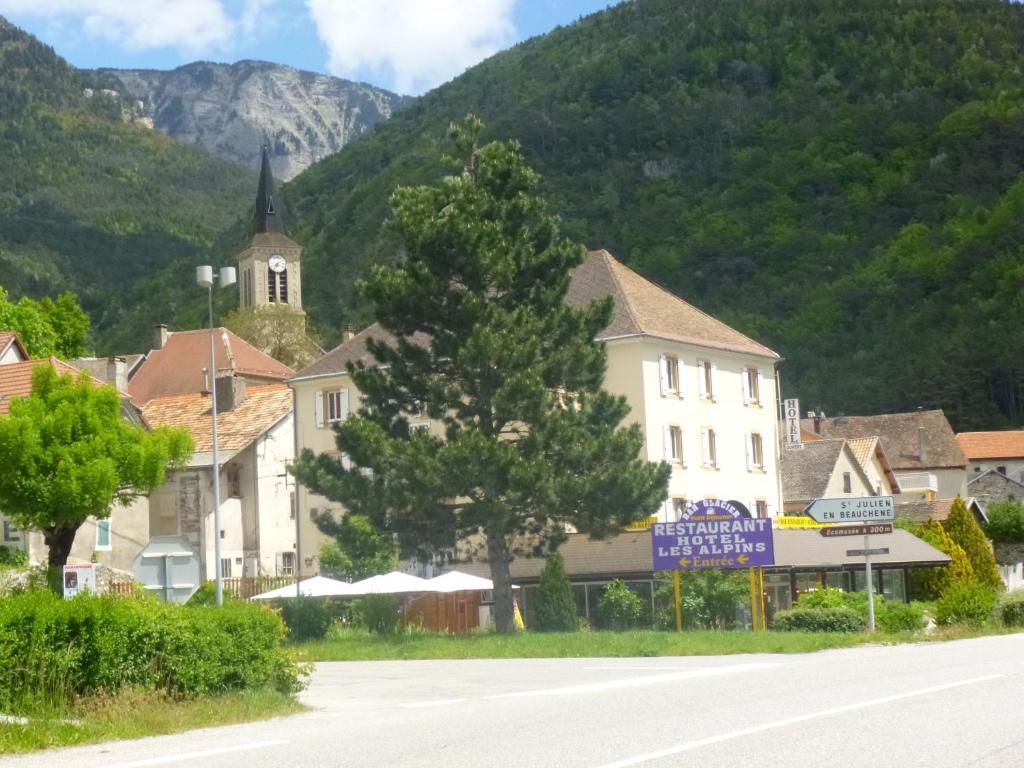Hôtel Les Alpins, Saint-Julien-en-Beauchêne, France - Booking.com ffd61661a65