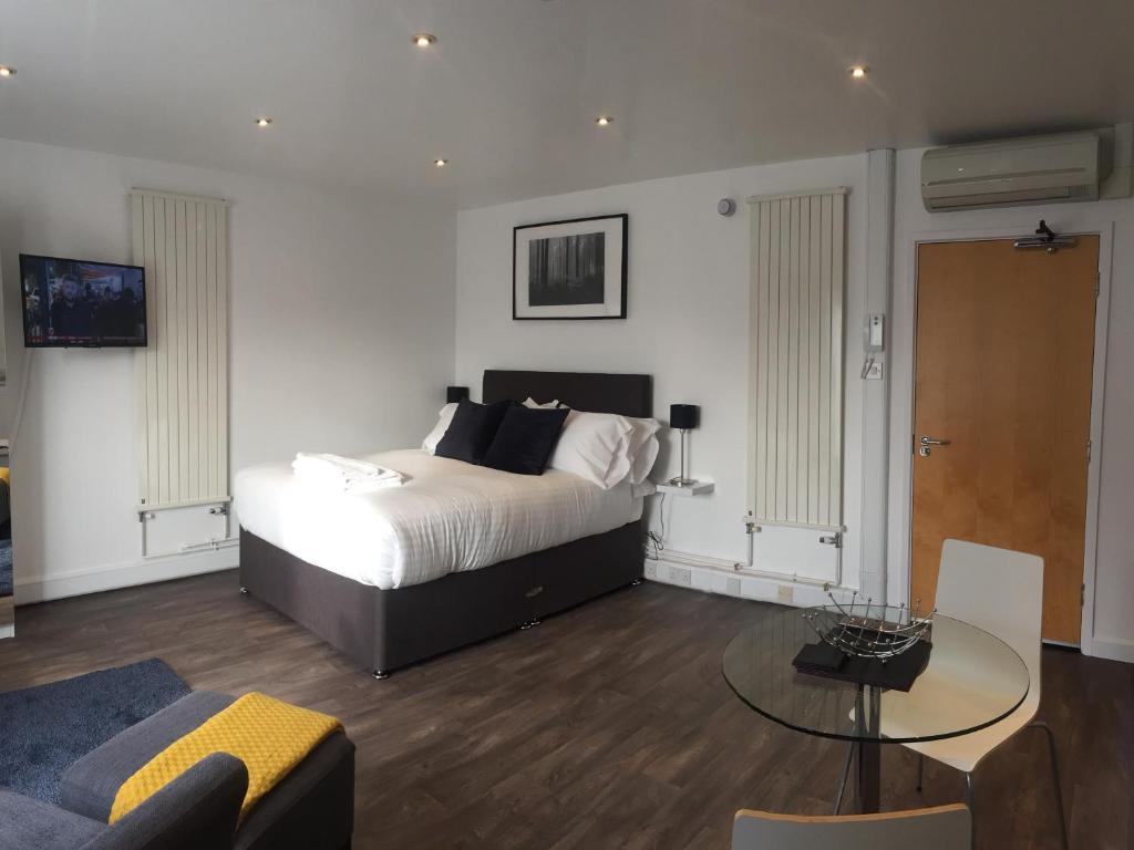 Ein Bett oder Betten in einem Zimmer der Unterkunft SITU Serviced Apartments - Charlotte Mews