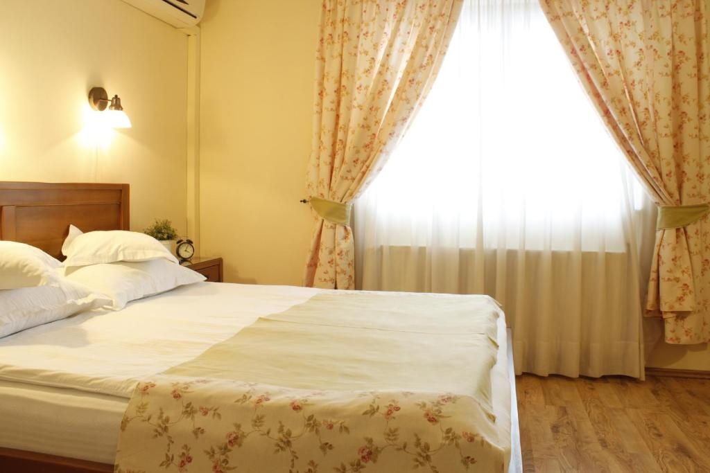 A bed or beds in a room at Vila Toparceanu Otopeni