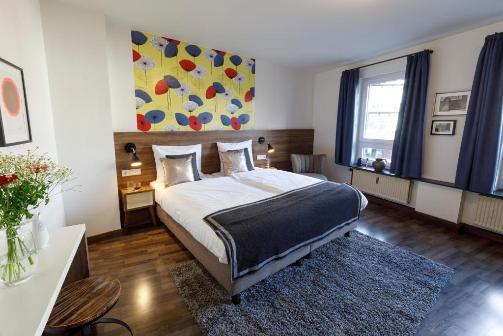 Een bed of bedden in een kamer bij Koncept Hotel zum kostbaren Blut