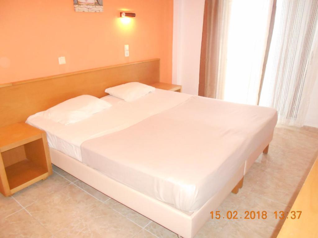 Un pat sau paturi într-o cameră la Doukas