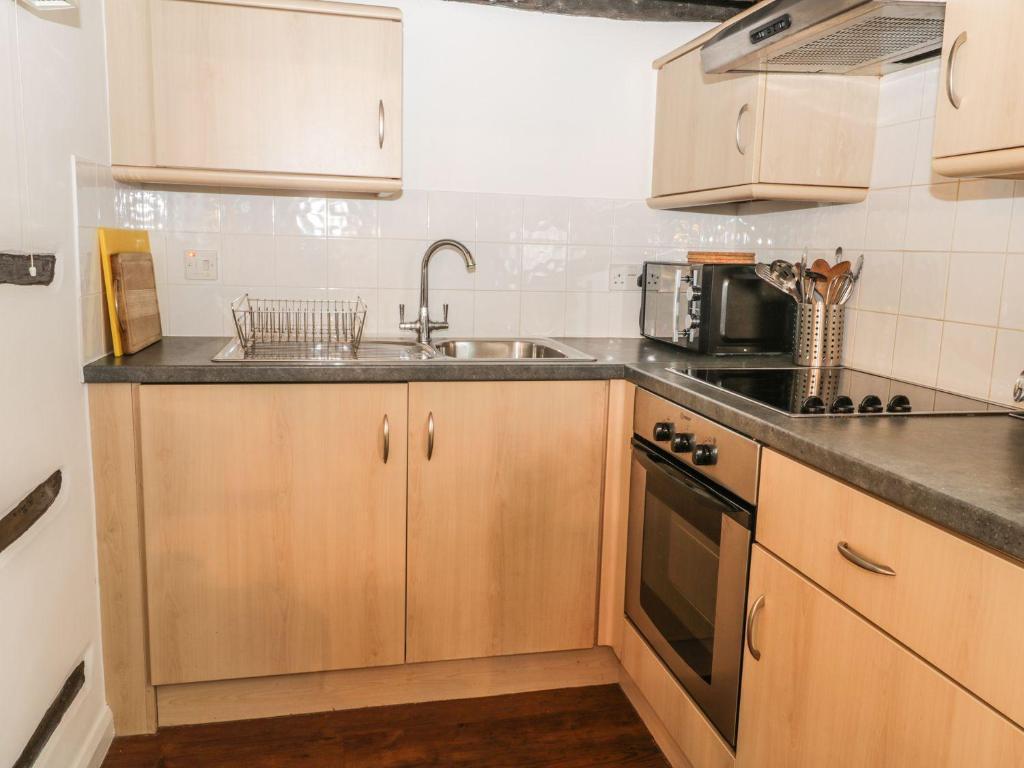 A kitchen or kitchenette at Daffodil Cottage, Woodbridge