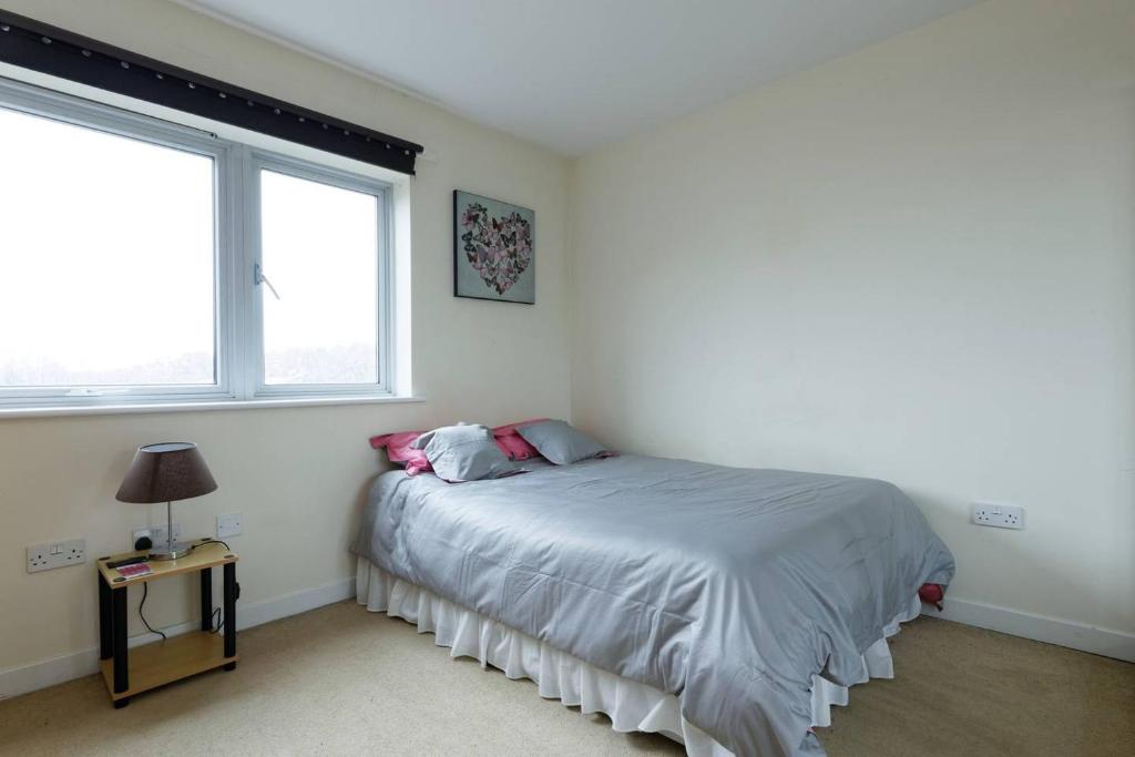 A bed or beds in a room at Lewisham large double bedroom