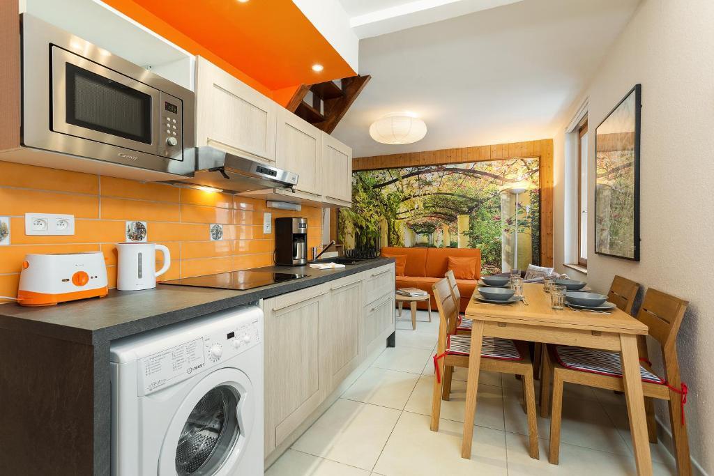 A kitchen or kitchenette at Apartment La Maisonnee