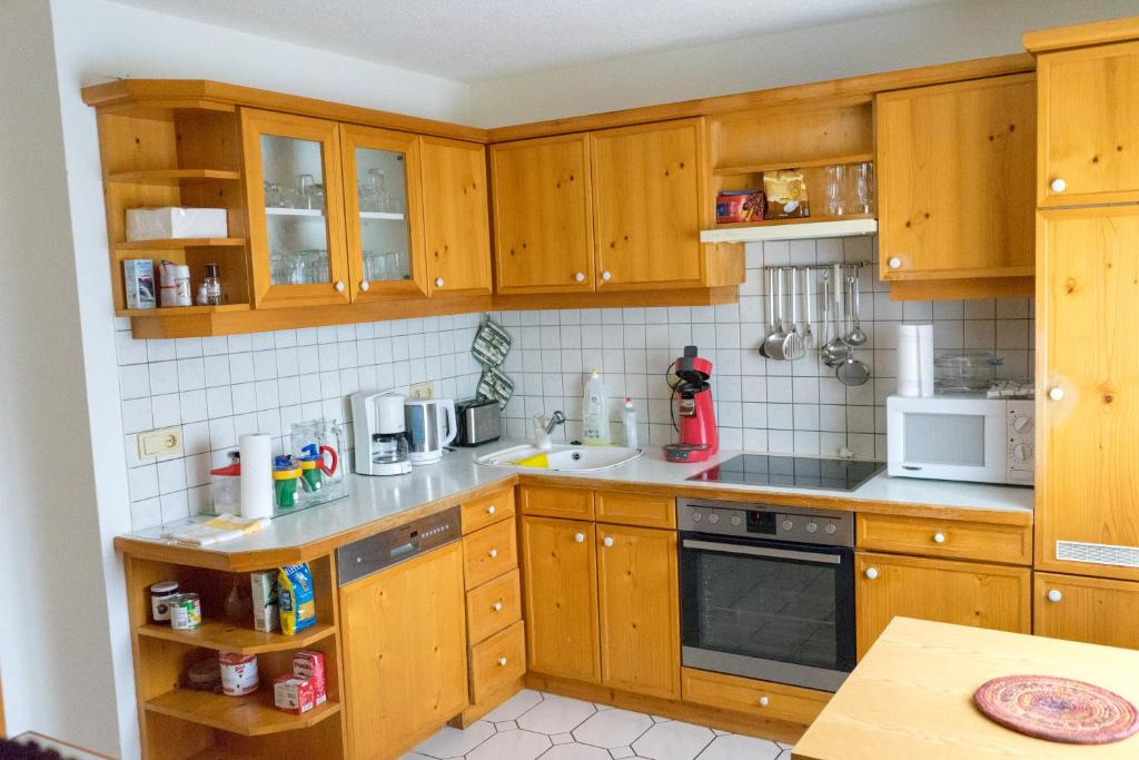 A kitchen or kitchenette at Rooms L