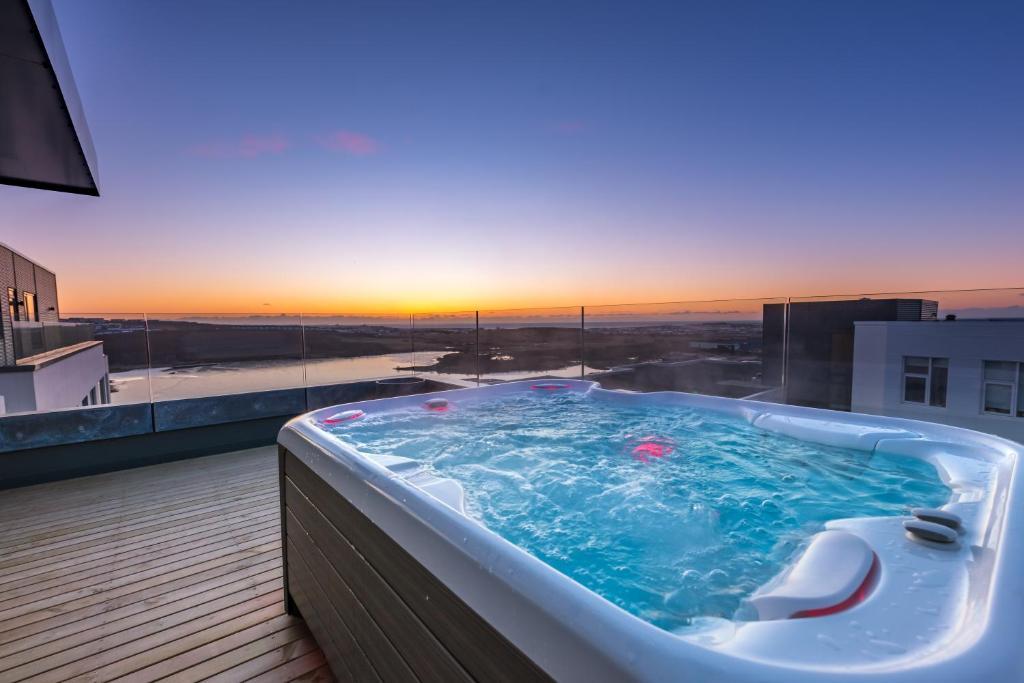Penthouse apt. amazing view & jacuzzi tesisinde veya buraya yakın yüzme havuzu