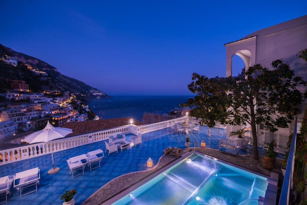 Vista sulla piscina di Villa Mon Repos o su una piscina nei dintorni