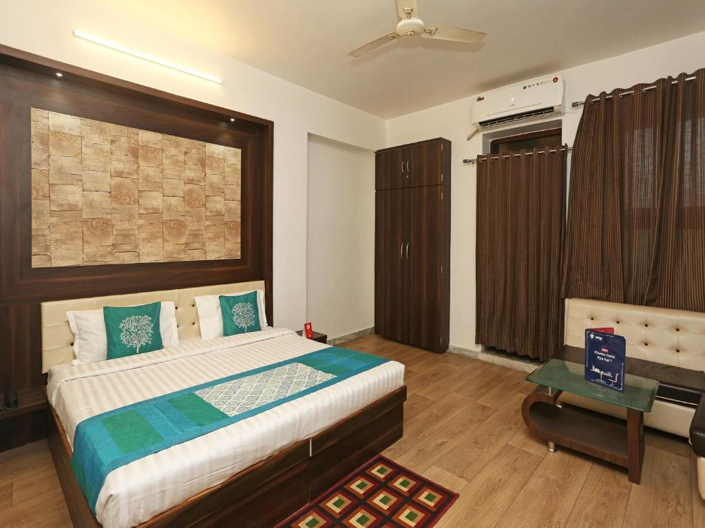 A bed or beds in a room at OYO 9853 Hotel Haveli Inn