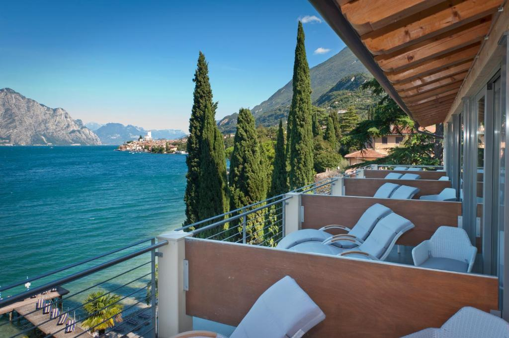 A balcony or terrace at Beach Hotel Du Lac Malcesine