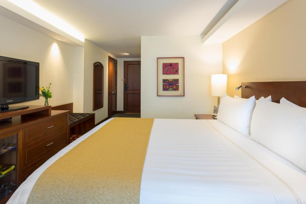 A bed or beds in a room at GHL Hotel Capital
