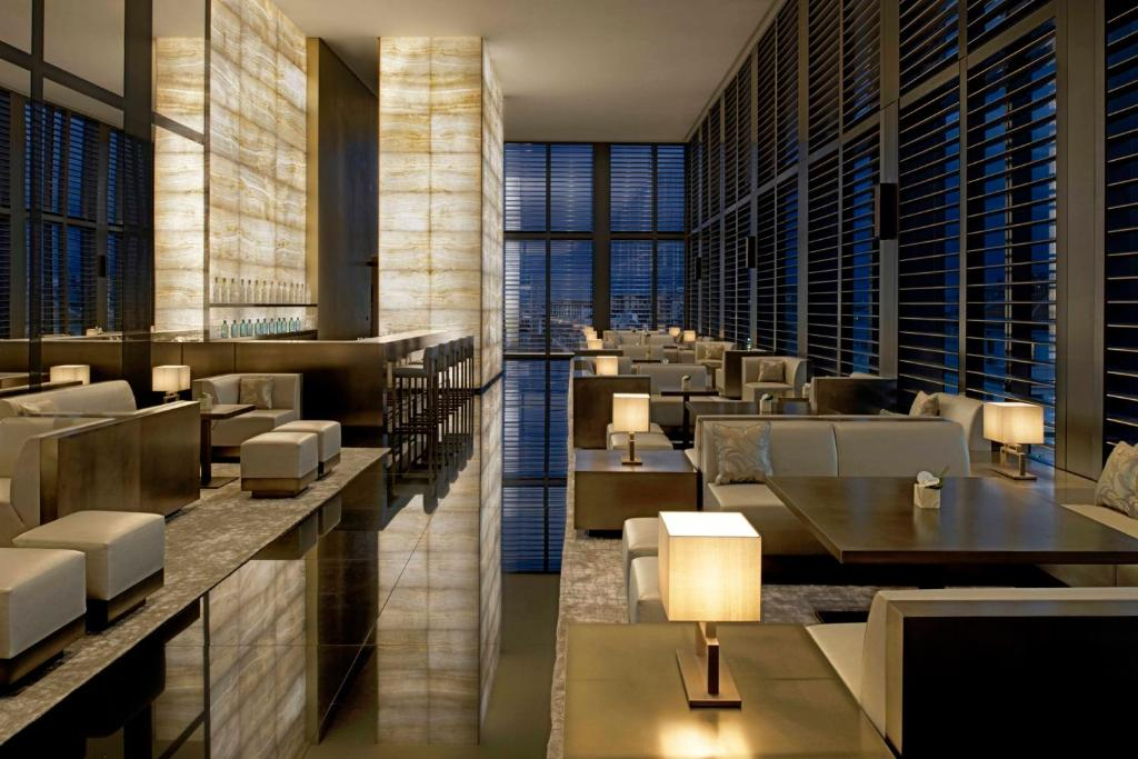 The lounge or bar area at Armani Hotel Milano