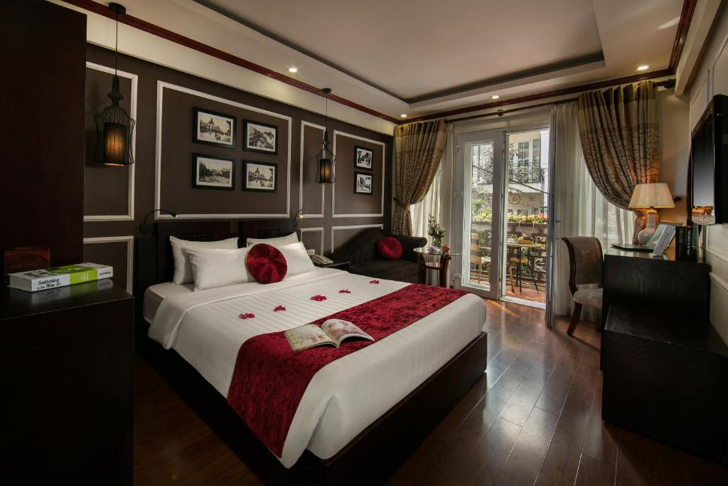 A bed or beds in a room at Paradise Boutique Hotel