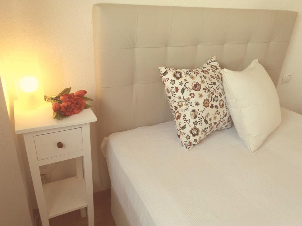 A bed or beds in a room at Apartamento Pirra