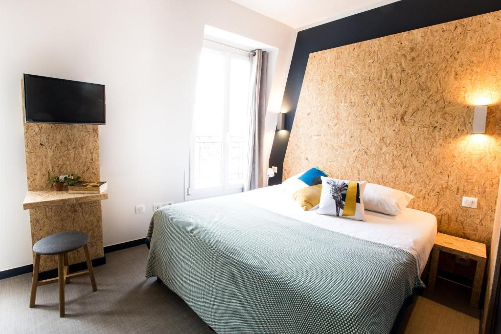 A bed or beds in a room at Beautiful Belleville Hôtel & Hostel