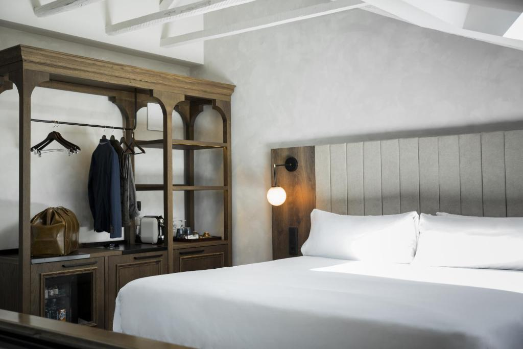A bed or beds in a room at ICON Wipton by Petit Palace