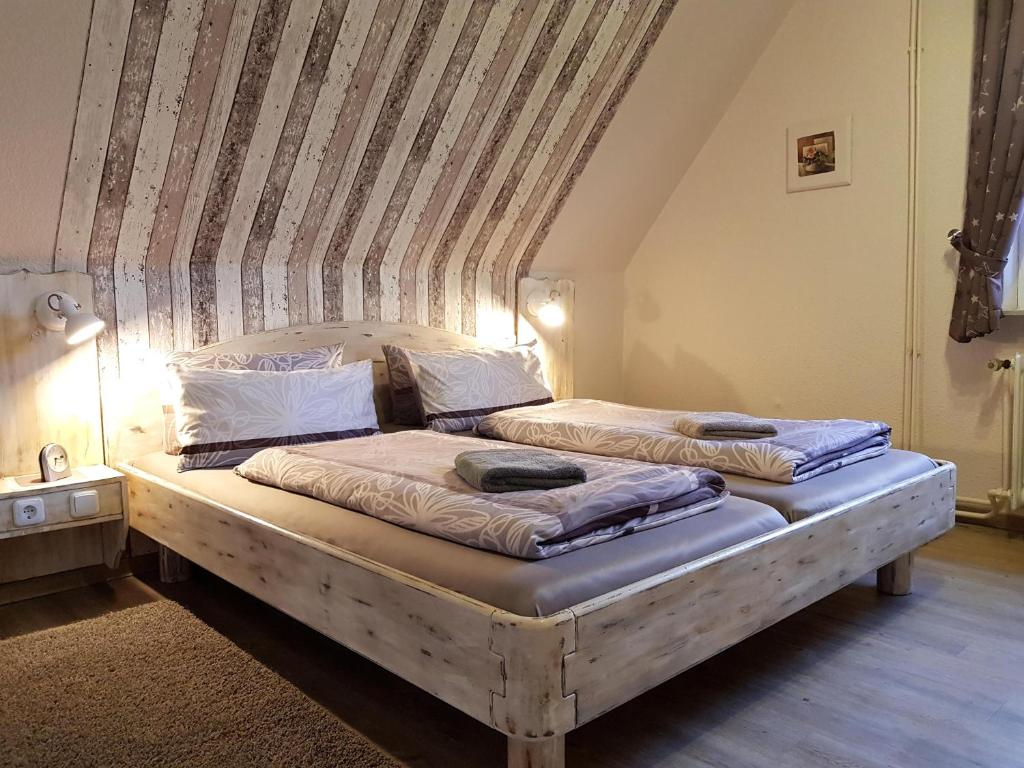 A bed or beds in a room at Gästehaus Flensburg Engelsby