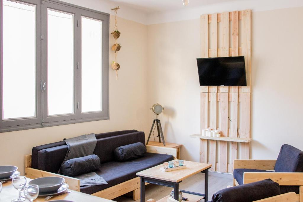 A Seating Area At Appartement Proche Centre Ville Design Et Calme