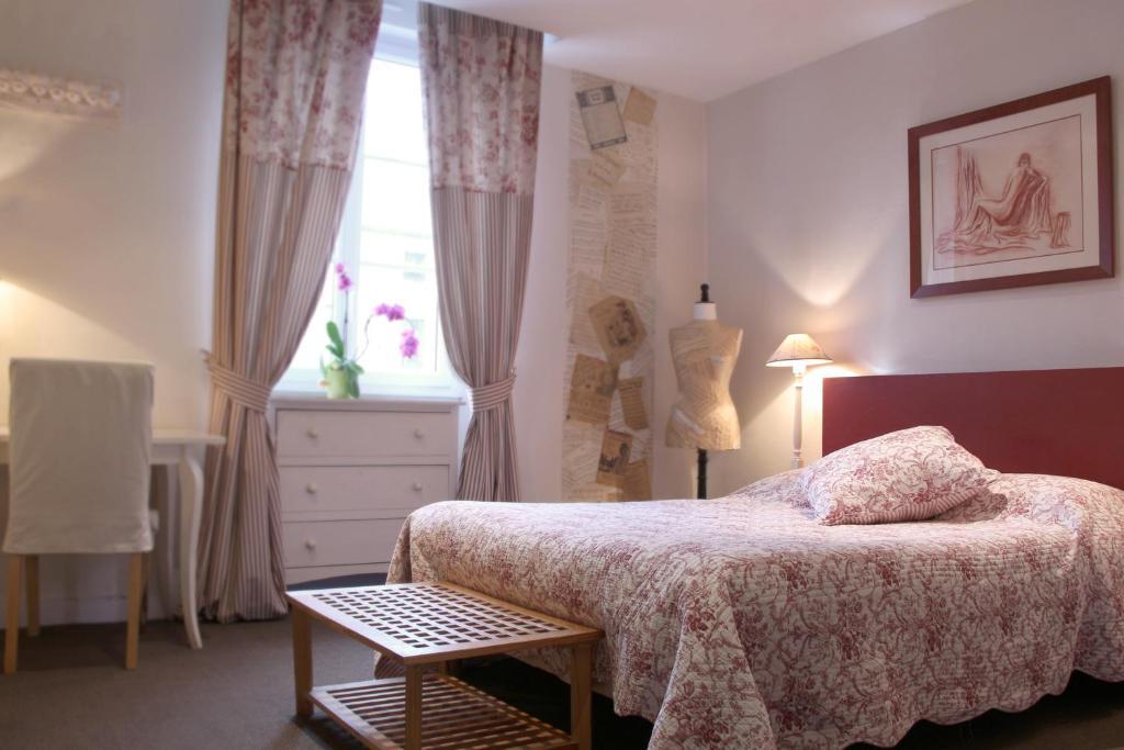 Een bed of bedden in een kamer bij Hotel Saint Yves