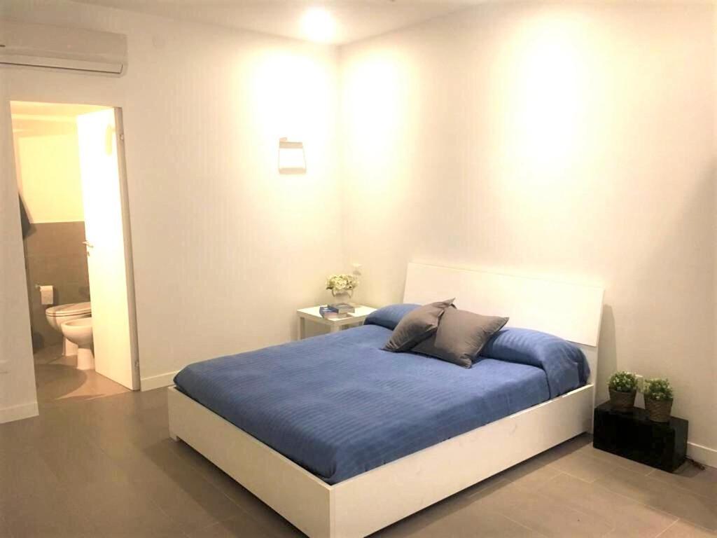 Letto o letti in una camera di New spacious flat Fuorigrotta near to METRO