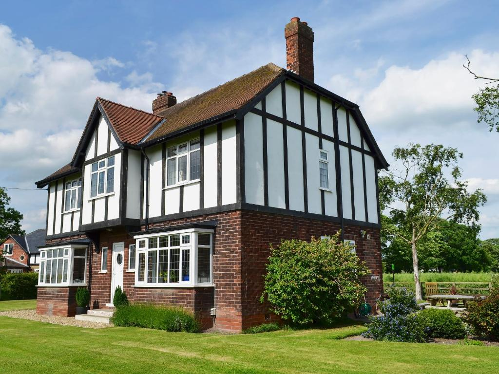 Tudor house eastrington updated 2019 prices - What makes a house a tudor ...