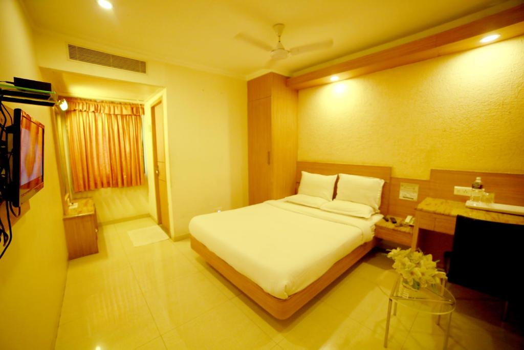 A bed or beds in a room at Hotel Sriram International