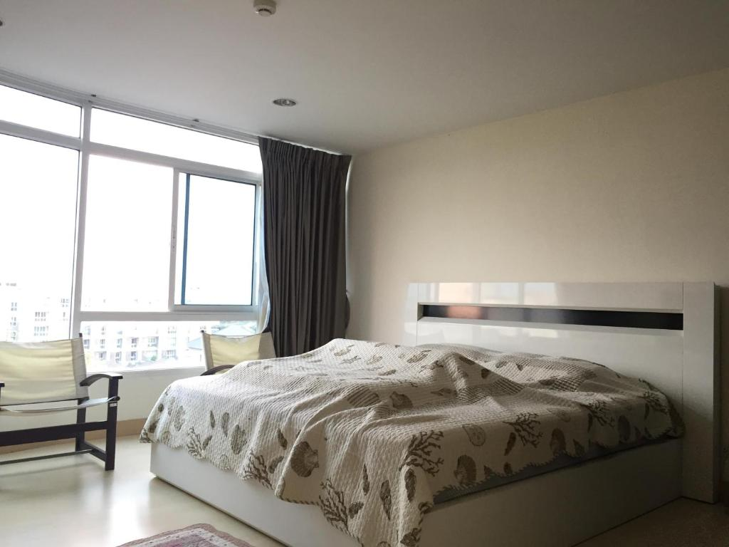 A bed or beds in a room at The Beach Condo Bangsaen 329/45