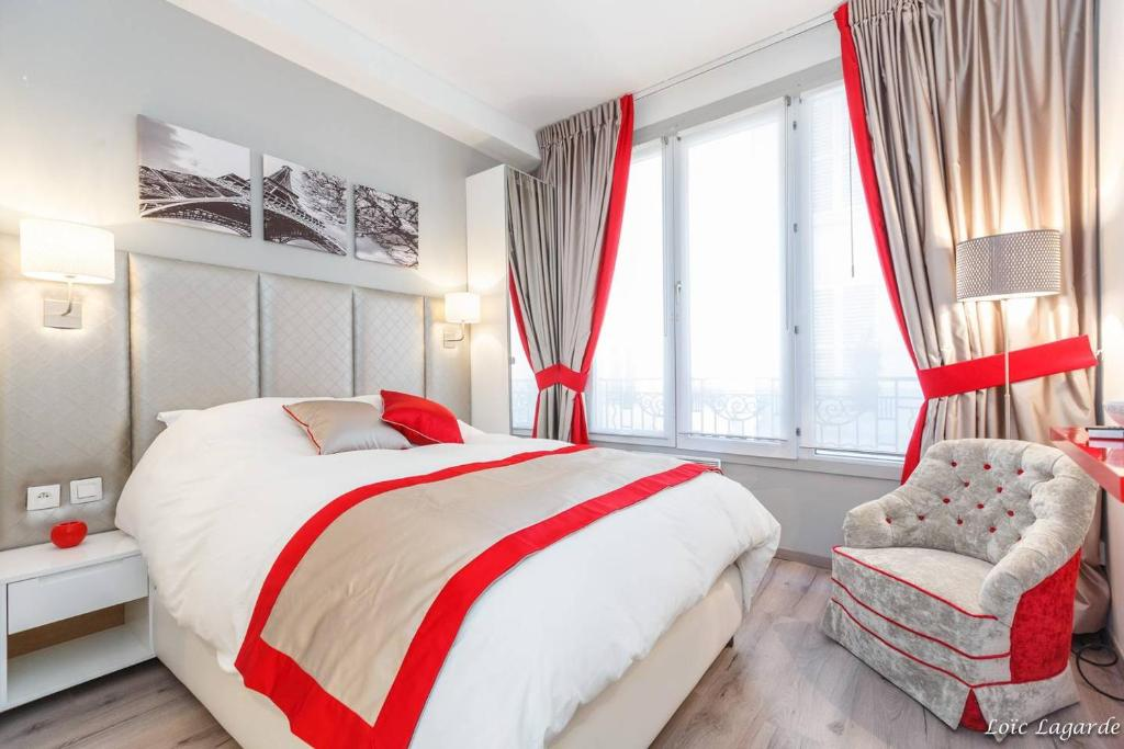 A bed or beds in a room at Romantic studio / Champs Elysées