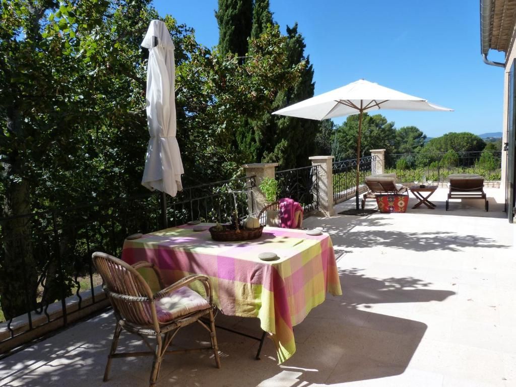 A restaurant or other place to eat at Domaine de Casteuse Appartement 2