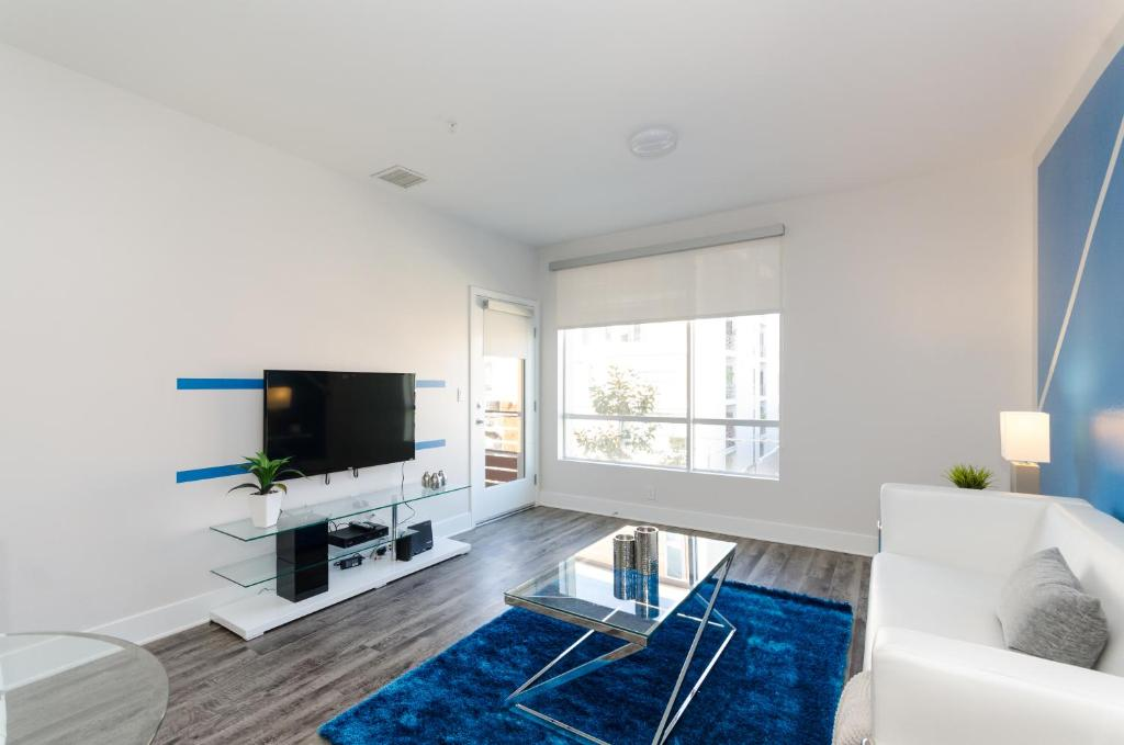 28 Photos Close Hollywood Blvd Plush Apartment