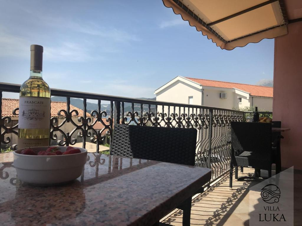 A balcony or terrace at Apartments Villa Luka