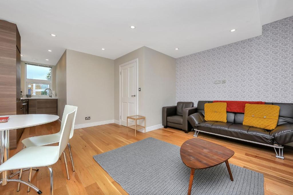 Large Duplex, 2 Bedrooms & 2 Bathrooms, 2 mins to Tube, London ...