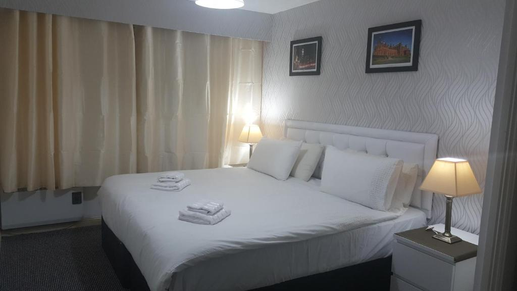 A bed or beds in a room at Partick Apartment