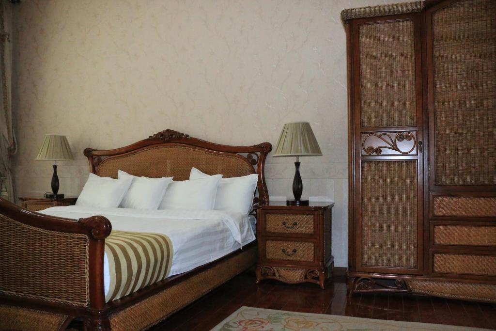 Кровать или кровати в номере Asia Grand Hotel