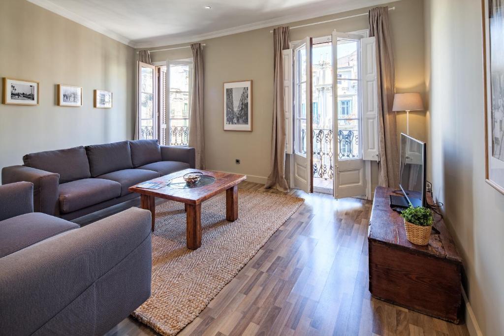 A seating area at Habitat Apartments Eixample Balconies.