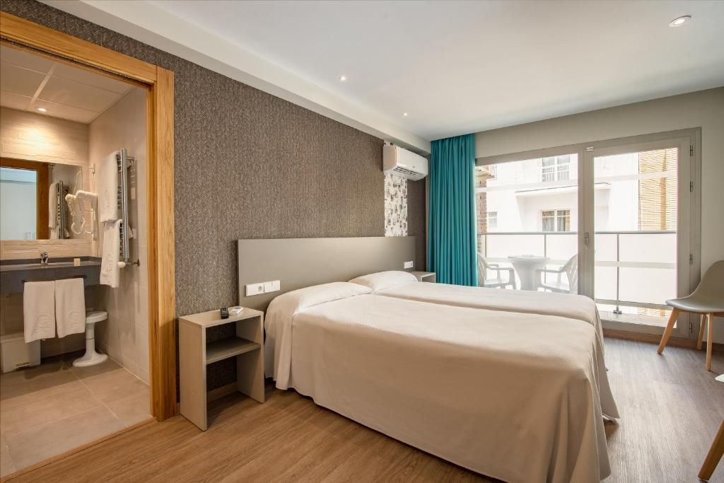 A bed or beds in a room at Estudios Benidorm