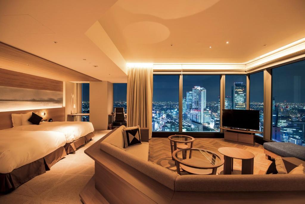 ポイント1. 大きな窓が特徴の展望台のような客室