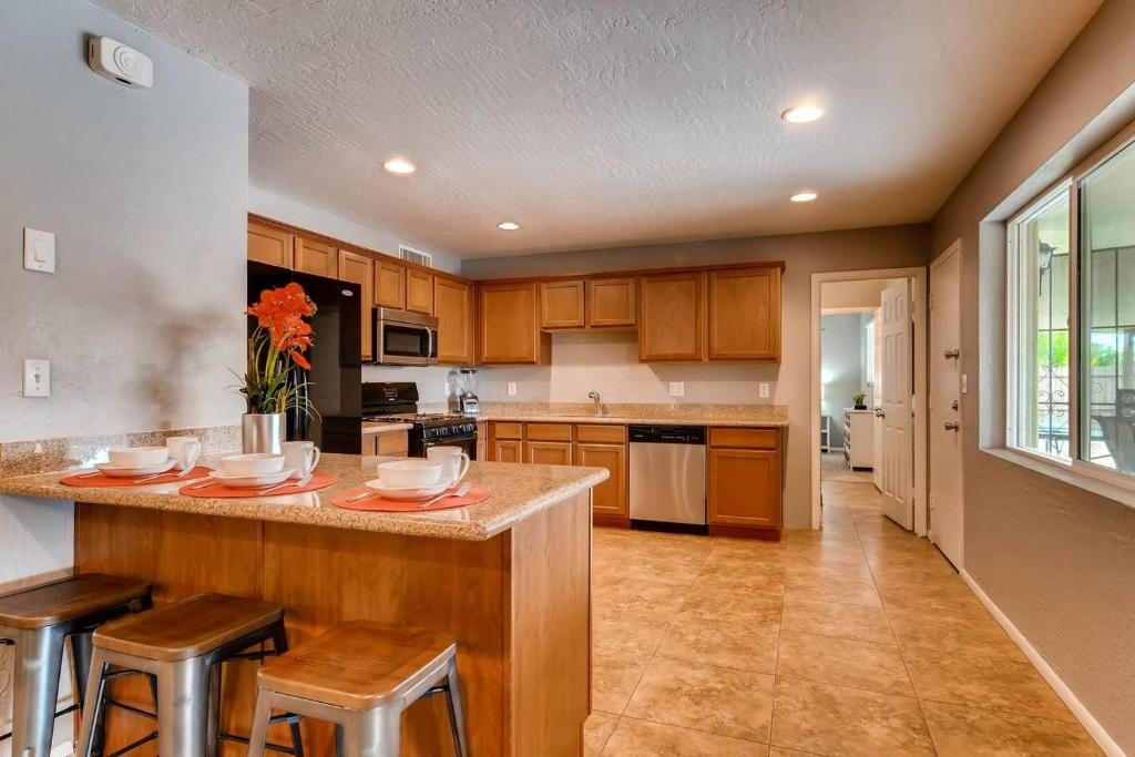 Apartment PARTY IN SCOTTSDALE- SLEEPS 18+HOT TUB+PING PONG ...