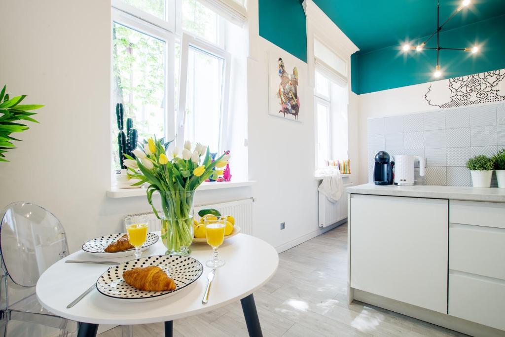 A kitchen or kitchenette at Cracow Rentals Starowislna 36 Vintage Studio