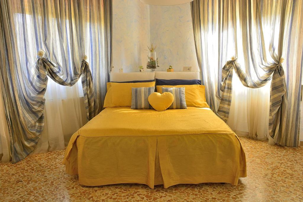 "A bed or beds in a room at Casa Vacanze ""Il gatto nero"""