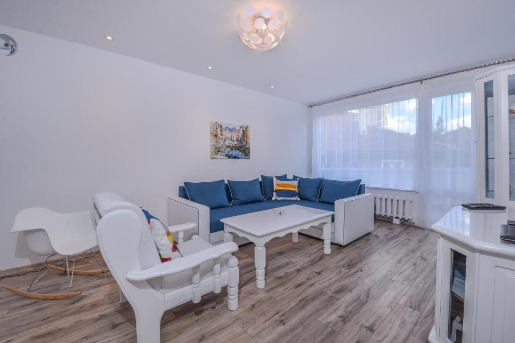 Апартамент SIMPLISICO - Two Bedroom Stylish in Central Lozenec Area - София