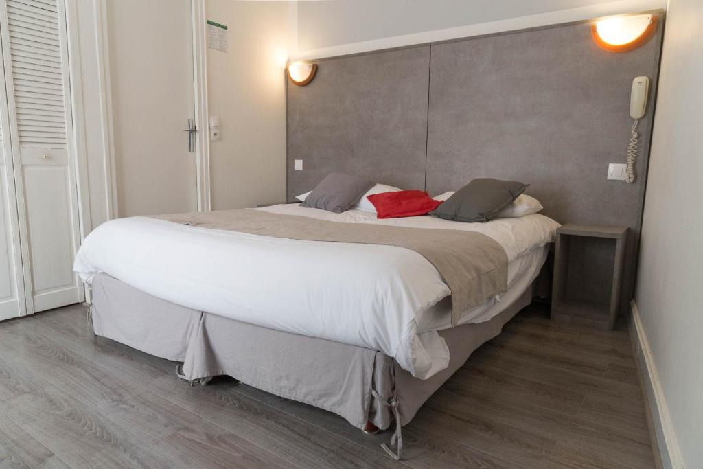 A bed or beds in a room at Panam Hotel - Place Gambetta