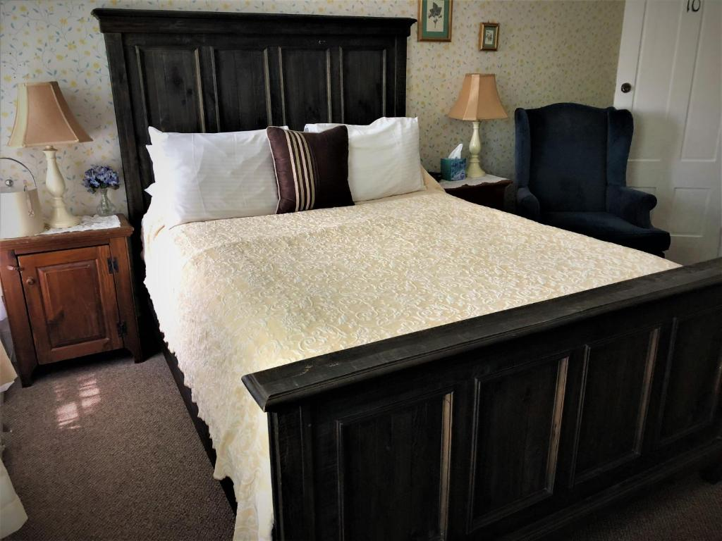 A bed or beds in a room at West Dover Inn