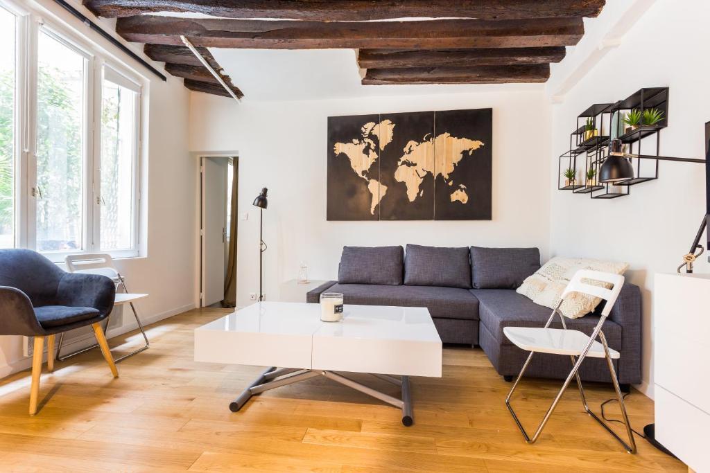 A seating area at CMG Etienne Marcel/ Montorgueil